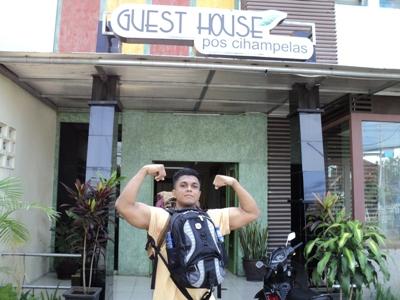 Zaki Khan buat guest pose di depan guest house. :D