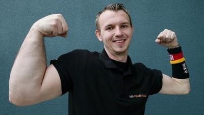 Matthias Schlitte yang sengaja membesarkan sebelah tangan sahaja. Seorang atlet lawan tangan.