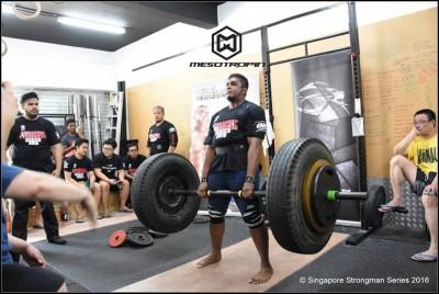 Gambar ketika saya melakukan axle deadlift 280kg di pertandingan Static Monster Singapore 2016 baru-baru ini.